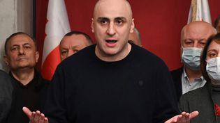 Un des leaders de l'opposition géorgienne, Nika Melia, à Tbilisi en Géorgie, le 17 février 2021. (VANO SHLAMOV / AFP)