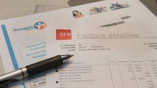 Des factures de Bouygues télécom et de SFR. Image d'illustration. (MAXPPP)