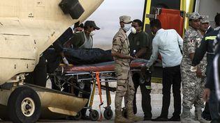 Des militaires égyptiens transportent les corps des victimes du crash de l'avion russe dans le Sinaï, dimanche 1er novembre 2015. (KHALED DESOUKI / AFP)
