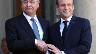 Barham Saleh et Emmanuel Macron, sur le perron de l'Elysée, à Paris, le 25 février 2018. (MUSTAFA YALCIN / ANADOLU AGENCY / AFP)