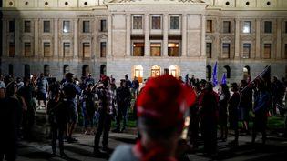 Des partisans de Donald Trump réunis devant leCapitole de l'Etat de l'Arizona pour contester les résultats de l'élection présidentielle, à Phoenix, le 4 novembre 2020. (EDGARD GARRIDO / REUTERS)