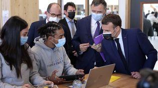 Emmanuel Macron en visite à Stains (Seine-Saint-Denis) sur le thème du mentorat des jeunes, le 1er mars 2021. (THIBAULT CAMUS / POOL)