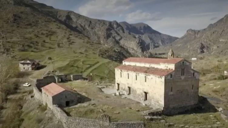 Les Arméniens sont poussés à l'exode au Haut-Karabakh après la défaite face à l'Azerbaïdjan. Avant de partir, ils vandalisent les lieux mais font tout de même un stop pour un ultime instant de recueillement au monastère de Dadivank. (FRANCE 2)