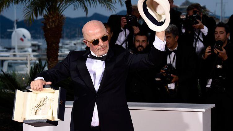 """Jacques Audiard prend la pose après avoir obtenu la palme d'or, à Cannes en 2015 pour son film """"Dheepan"""". (IAN GAVAN / GETTY IMAGES EUROPE)"""
