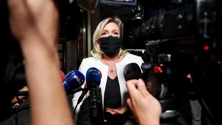Marine Le Pen s'adresse à la presse, le 22 septembre 2020, à Paris. (LUDOVIC MARIN / AFP)