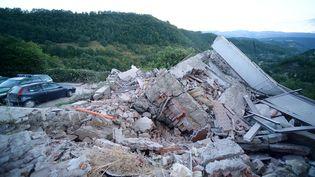 Un immeuble s'esteffondrédans la commune d'Amatrice, après le séisme de magnitude 6 (FILIPPO MONTEFORTE / AFP)
