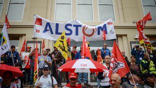 Des salariés d'Alstom manifestent devant l'usine de l'entreprise, à Belfort (Territoire de Belfort), le 15 septembre 2016. (SEBASTIEN BOZON / AFP)