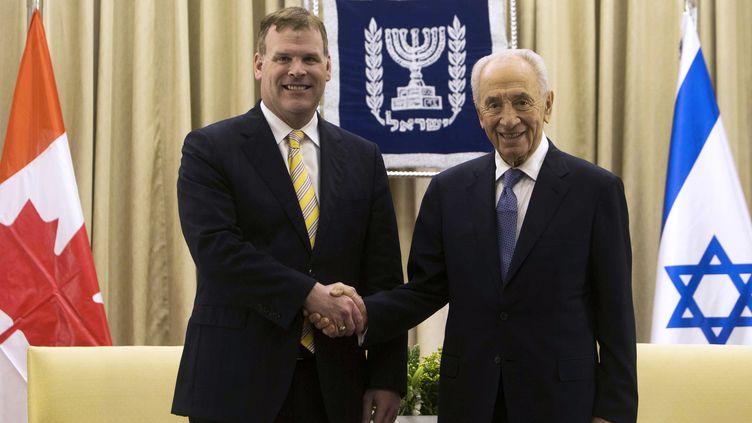 Le ministre des Affaires étrangères canadien, John Baird (G), et le président israélien Shimon Peres, le 9 avril 2013. (RONEN ZVULUN / REUTERS)