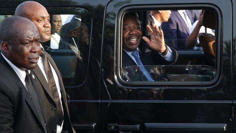 Le président gabonais Ali Bongo Ondimba, à son arrivée à Libreville le 23 mars 2019, après une convalescence de cinq mois au Maroc où il était soigné pour un accident vasculaire cérébral. (STEVE JORDAN / AFP)