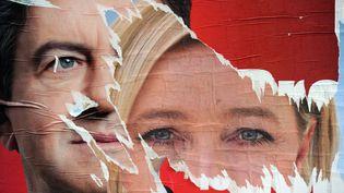 Deux affiches de campagne présidentielle le 22 avril 2012 avec le président du Front de Gauche Jean-Luc Mélenchon et la présidente du Front national Marine le Pen. (PATRICK HERTZOG / AFP)