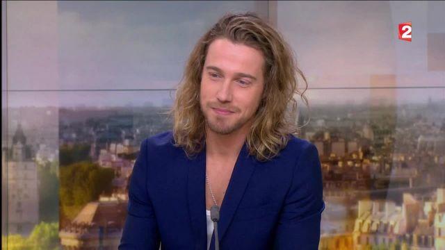 Le chanteur était l'invité du plateau de France 2 ce samedi 8 octobre, à l'occasion de la sortie de son nouvel album. Il sera en tournée dans toute la France à partir du 23 février 2017.