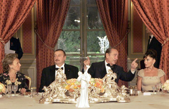 Le couple Chirac reçoit le couple Aliev lors d'une réception à l'Elysée, le 29 janvier 2007. (CHRISTOPHE ENA / AFP POOL)