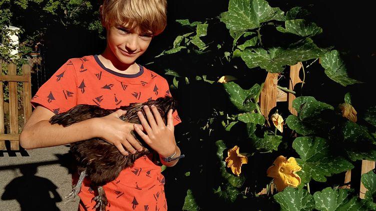 Constant, 8 ans, dans son jardin à Lyon en septembre 2019. (MATHILDE IMBERTY / FRANCEINFO)