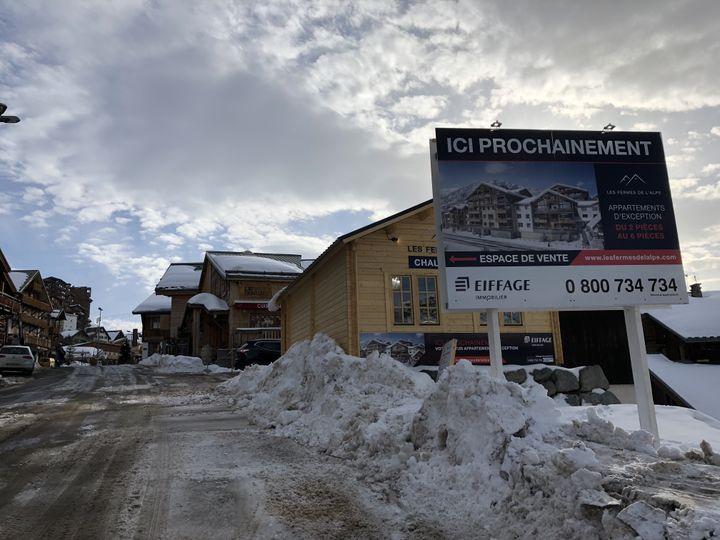 Une annonce immobilière dans les rues de l'Alpe d'Huez (Isère), le 23 janvier 2020. (RAPHAEL GODET / FRANCEINFO)