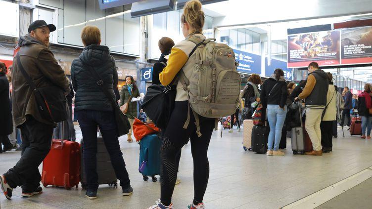 Les usagers en attente de leur train lors de la grêve, dimanche 20 octobre, à la Gare Montparnasse. (PHILIPPE LAVIEILLE / MAXPPP)