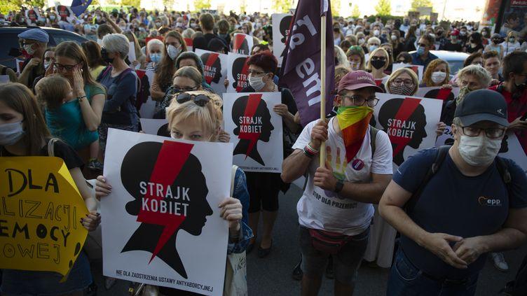 Des manifestants dénoncent le projet gouvernemental de retrait du traité européen sur les violences faites aux femmes, le 24 juillet 2020 à Varsovie (Pologne). (ALEKSANDER KALKA / NURPHOTO / AFP)