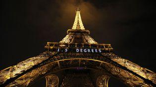 """L'objectif """"1,5 degrees"""" affiché sur la tour Eiffel, à l'occasion de la COP21, à Paris, le 11 décembre 2015. (PATRICK KOVARIK / AFP)"""