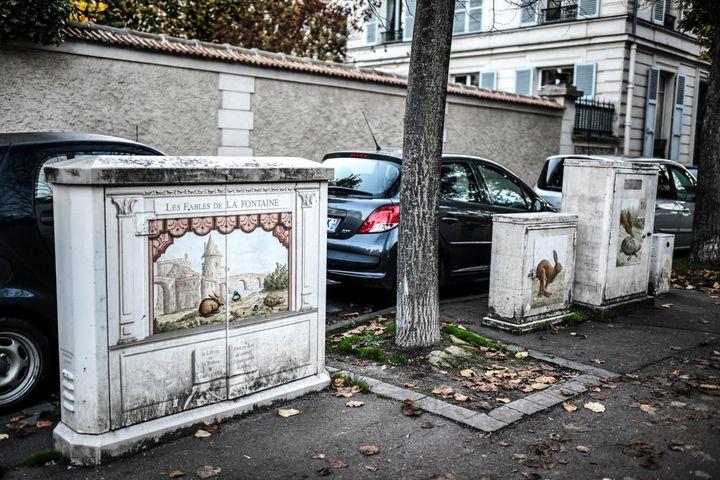 """Du mobilier urbain décoré par """"L'école d'art mural de Versailles"""". (STEPHANE DE SAKUTIN / AFP)"""