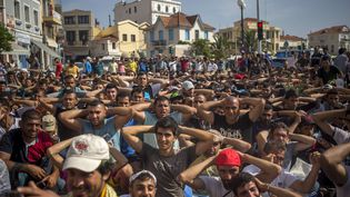 Des migrants prennent part à une manifestation pour exiger un traitement plus rapide par les autorités locales de leur enregistrement et la délivrance des documents officiels, sur l'îlede Lesbos (Grèce),le 7 septembre 2015. (SANTI PALACIOS / AP / SIPA)