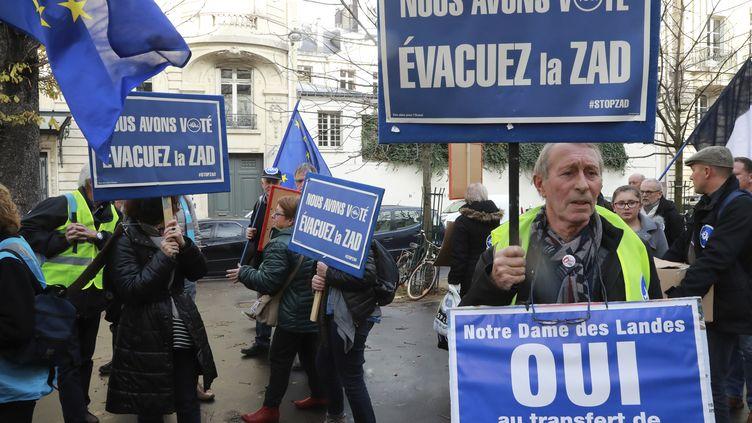 Des militants favorables au projet d'aéroport pendant une manifestation à Paris, le 23 novembre 2016. (JACQUES DEMARTHON / AFP)