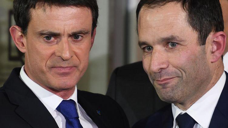 Manuel Valls et Benoît Hamon lors du second tour de la primaire socialiste, le 29 janvier 2017, à Paris. (ERIC FEFERBERG / AFP)