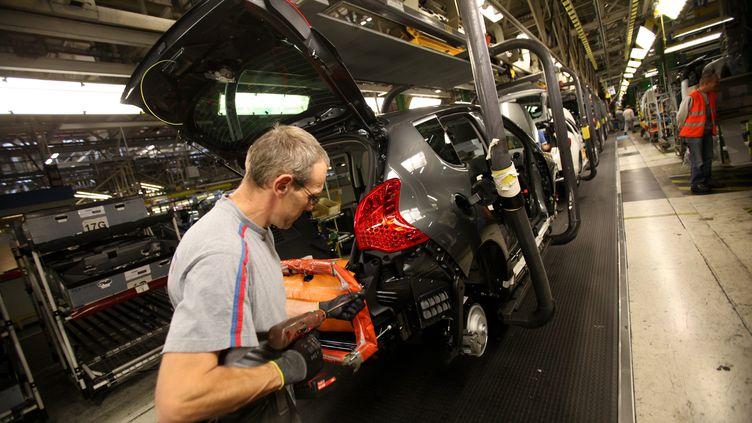 Un salarié de l'usine de PSA sur le site de Sochaux (Doubs), le 17 octobre 2012. (LIONEL VADAM / MAXPPP)
