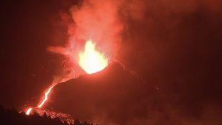Depuis un mois, les habitants de l'ile de La Palma vivent au rythme de l'éruption du Cumbre Vieja. 1 400 bâtiments ont été détruits, et 7 000 personnes évacuées. Selon les experts scientifiques, les coulées de lave sont très loin d'être terminées. (Capture d'écran France 2)