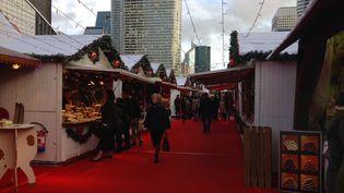 Les allées presque vides du marché de Noël de la Défense, le 21 décembre 2015. (CAMILLE ADAOUST / FRANCETV INFO)