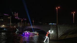 """Les """"colosses"""" du pont Bonaparte à la Fête des Lumières de Lyon le 6 décembre 2019. (MAXIME JEGAT / MAXPPP)"""