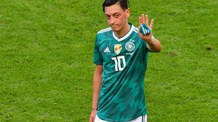 Mesut Ozil après l'élimination de l'Allemagne lors de la Coupe du monde, le 27 juin 2018. (LUIS ACOSTA / AFP)