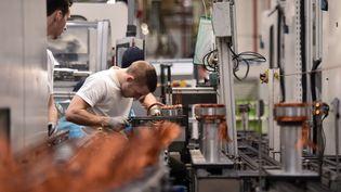Des employés dans l'usine de l'équipementier automobile Valéo, à Etaples (Pas-de-Calais), le 28 novembre 2018. (FRANCOIS LO PRESTI / AFP)