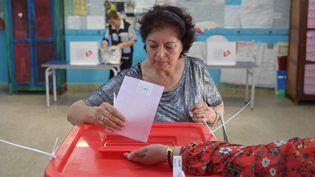 Une Tunisienne vote lors de l'élection présidentielle, à La Marsa, près de Tunis, le 15 septembre 2019. (FETHI BELAID / AFP)