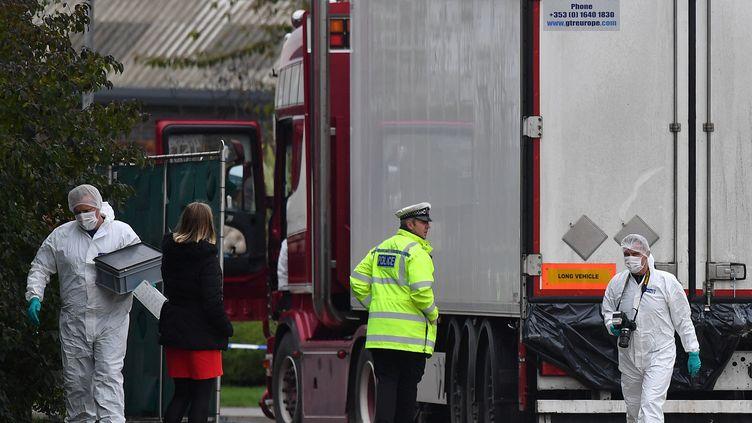 La police scientifique britannique inspecte le camion dans lequel 39 cadavres de migrants ont été retrouvés, le 23 octobre 2019 à Grays, à l'est de Londres. (BEN STANSALL / AFP)