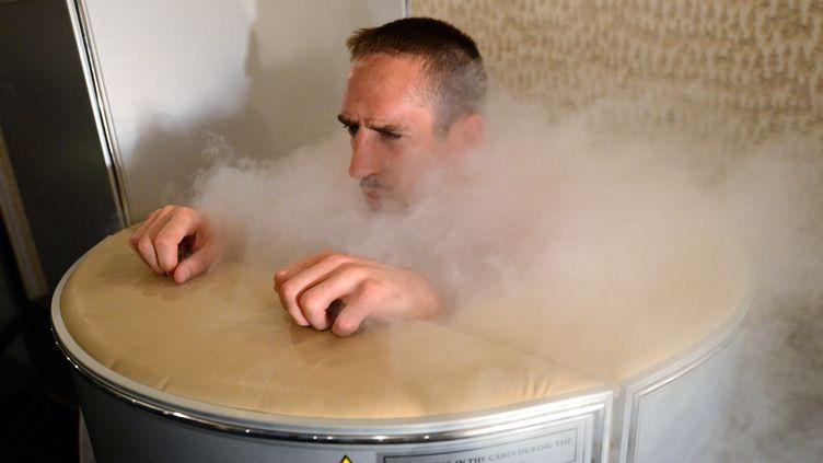 Séance de cryothérapie pour le milieu de terrain de l'équipe de France Franck Ribéry, le 7 juin 2012 à Kircha (Ukraine). (FRANCK FIFE / AFP)
