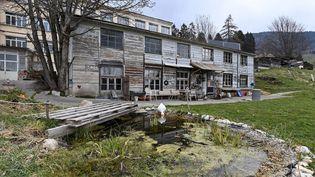 Mia et sa mère ont été retrouvées le 18 avril 2021 dans cetteusine désaffectée squattée, àSainte-Croix,dans le canton de Vaud (Suisse). (FABRICE COFFRINI / AFP)