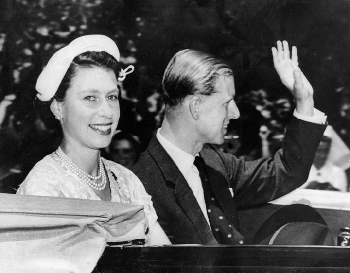 La reine Elizabeth II et le prince Philip, le 11 février 1954, à Sydney (Australie), lors d'une visite officielle. (KEYSTONE PICTURES USA / MAXPPP)