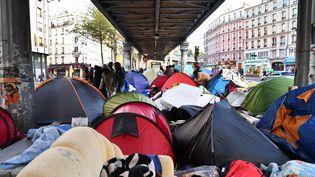 Des tentes sous le métro près de la place Stalingrad, le 26 octobre 2016 à Paris. (MUSTAFA YALCIN / ANADOLU AGENCY / AFP)