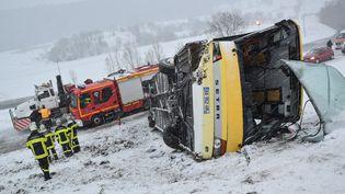 Le car accidenté, à Montflovin, en février 2016. (WILLY GRAFF / MAXPPP)