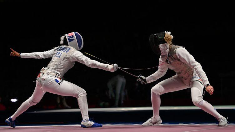 Ysaora Thibus (de dos) face à la Russe Larisa Korobeynikova. (MOHD RASFAN / AFP)
