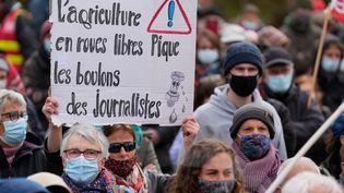 Le 6 avril 2021, à Rostrenen dans les Côtes d'Armor, des centaines de personnes sont venues soutenir la journaliste Morgan Large spécialisée dans l'agro-industrie, qui travaille depuis 20 ans à RKB. Des boulons d'une roue de sa voiture ont été volés. Son véhicule a été saboté. (DAMIEN MEYER / AFP)