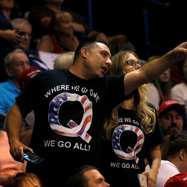 """Des partisans de Donald Trump rêvetus d'un t-shirt affichant la lettre Q et le slogan du mouvement QAnon """"Où l'un d'entre nous va, nous y allons tous""""avant la prise de parole du président américain Donald Trump lors d'un meeting à Wilkes-Barre en Pennsylvanie (Etats-Unis) le 2 août 2018. (LEAH MILLIS / REUTERS)"""