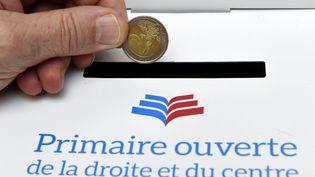Le 21 novembre 2016, les électeurs de la primaire à droite versent la somme de 2 euros pour pouvoir participer (ALEXANDRE MARCHI / MAXPPP)