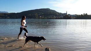 À cause de la sécheresse, le lac d'Annecy a des airs de bord de mer. (BENJAMIN ILLY / FRANCEINFO)