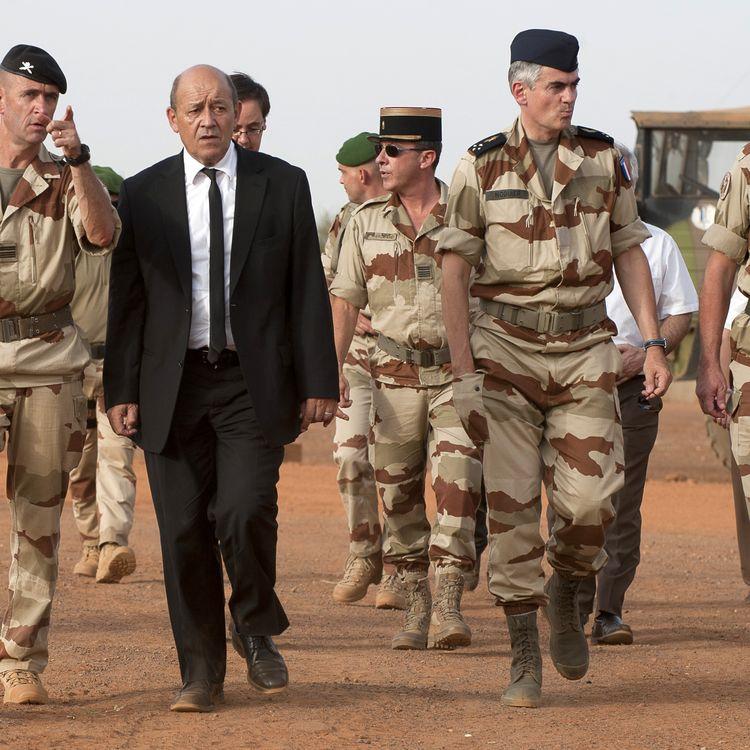 Le ministre de la Défense, Jean-Yves Le Drian, rend visite aux troupes françaises de l'opération Serval au Mali, le 22 septembre 2013, à Gao (Mali). (JEAN-FRANCOIS D'ARCANGUES / ECPAD / AFP)