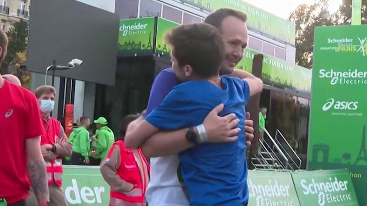 Pendant des mois, Alexandre Allain, atteint de mucoviscidose s'est préparé pour participer au marathon de Paris, dimanche 17 octobre. Celui qui vit avec les poumons d'un donneur a réussi son défi. (Capture d'écran France 3)