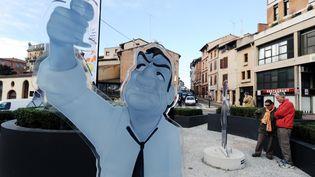 """La statue deLino Ventura lors de l'inauguration du rond-point """"Les Tontons flingueurs"""", à Montauban (Tarn-et-Garonne). (ERIC CABANIS / AFP)"""