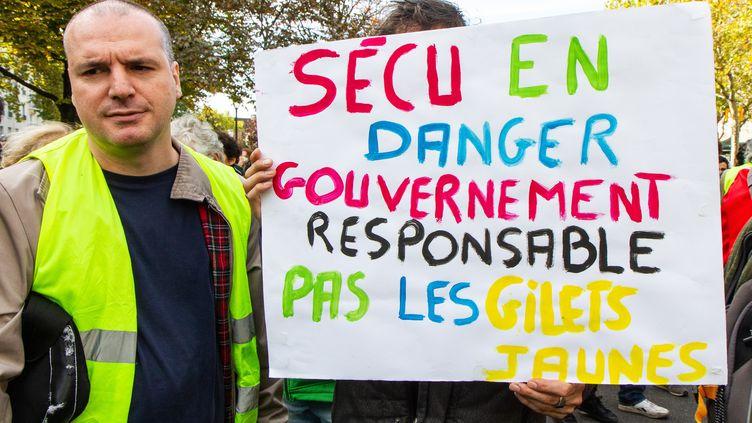 """Des """"gilets jaunes"""" manifestent le 26 octobre 2019 à Paris pour le 50e samedi consécutif. (AMAURY CORNU / HANS LUCAS / AFP)"""