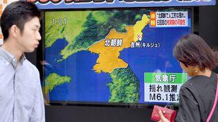 Un écran diffuse des informations de latélévision japonaise sur un essai nucléaire en Corée du Nord, le 3 septembre 2017, à Tokyo (Japon). (TAKEHIKO SUZUKI / YOMIURI / AFP)