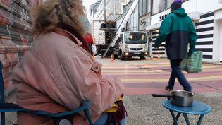 Une SDF mendie à Cherbourg (Manche), le 5 janvier 2021. (ARTHUR BLANC / RADIO FRANCE)