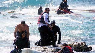 Des habitants et des secouristes viennent en aide à des migrants après leur naufrage au large de l'île de Rhodes (Grèce), le 20 avril 2015. Photo d'illustration. (ARGIRIS MANTIKOS / EUROKINISSI / AFP)